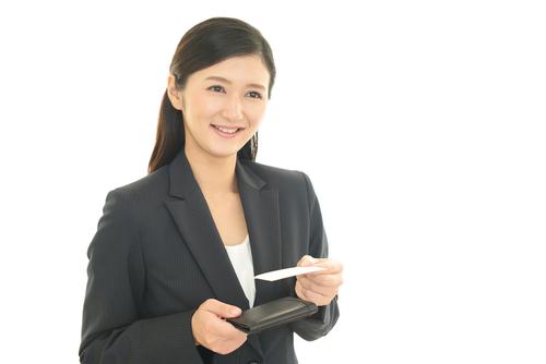 名刺で自己紹介しているイメージ写真