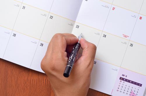 日付を書いているイメージ写真
