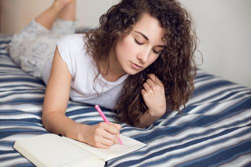 日記を書いている様子