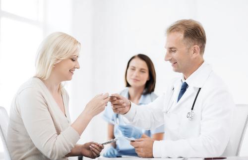 病院で診断を受けているイメージ