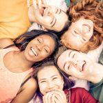 「笑う」の英語|laughやsmileだけ?7種類の違い・絵文字や略語